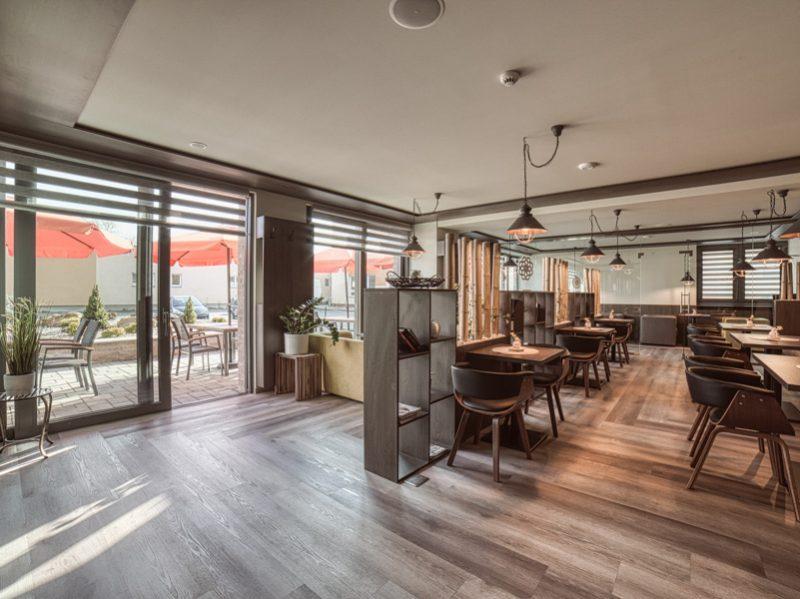 Lobby bar, kaviareň, záhradná terasa a gril